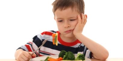 ילד אוכל ירקות